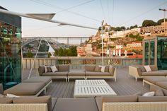 Esplanada Espaço Porto Cruz. Terraço lounge com bar e com uma vista de 360° sobre o Douro e a Ribeira. www.webook.pt #webookporto #porto #gaia #douro #esplanada #terrace