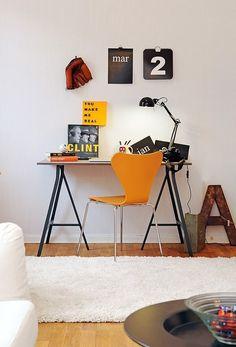 Mesa pequena com tampo cinza e cavaletes em metal preto