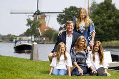 Het koninklijke gezin tegen een oer-Hollandse achtergrond.