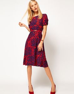 {Great dress for work} NIce bold print & the ruching on the sleeves gives it a modern, yet classic look