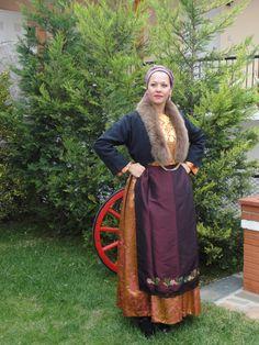 anatoliko-thessalonikis Greek Apparel, Folk Dance, Greek Clothing, Greeks, Beautiful People, Culture, Traditional, Clothes, Dresses
