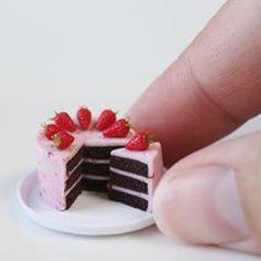 ストロベリーチョコケーキの 量産頑張ってます . かくれんぼケーキもこのケーキも 苺を大量に使うので圧倒的苺不足です またしばらく苺マンになってきます . #ケーキ #苺 #フェイクスイーツ #フェイクフード #ミニチュア #ドールハウス #ハンドメイド #ポリマークレイ #cake #miniture #dollhouse #handmade #polymerclay #clay #strawberry