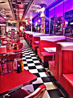 Diner Aesthetic, Neon Aesthetic, Aesthetic Vintage, Aesthetic Photo, Aesthetic Pictures, Café Retro, Retro Cafe, Vintage Diner, 50s Diner