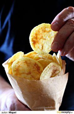 1) Brambory si nakrájíme nebo nastrouháme na 2 mm tenké plátky, které usušíme utěrkou. Dáme do mísy a smícháme s trochou oleje a solí. 2)... Patatas Chips, Snack Recipes, Snacks, Cornbread, Food And Drink, Drinks, Ethnic Recipes, Instagram, Microwaves