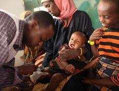 Criança é vacinada por membro da entidade Médicos sem Fronteiras em campo de refugiados no Quênia. Doações de vacinas podem atrapalhar negociação por preços mais baixos (Foto: Oli Scarff/Getty Images)