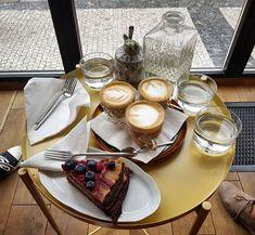 První návštěva #slowcafe a ochutnávka zajímavého malinového dortu s burákovým máslem... #flatwhite #coffee #cafe #vinohrady #prague #cake #peanutbutter #raspberry #radekfutruje