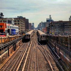 Looking down the tracks of the No. 1 line from West Street. Photo taken in 2016 by Joe Raskin. New York Subway, Nyc Subway, Subway Art, New York Street, New York City, Scale Model Architecture, Brooklyn Image, Nyc Train, Model Railway Track Plans