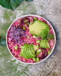 Pink and raw cauliflower rice Raw Vegan, Vegan Vegetarian, Vegan Food, Vegetarian Recipes, Raw Cauliflower, Cauliflower Recipes, Delicious Vegan Recipes, Healthy Recipes, Raw Recipes