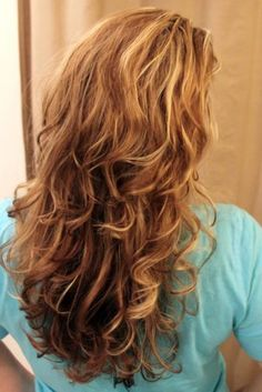 How to use a sock to get beautiful curly hair without heat - I wonder if my hair is long enough for sock bun curls. Sock Bun Curls, Tips Belleza, Great Hair, Hair Today, Hair Dos, Pretty Hairstyles, Easy Hairstyles, Wedding Hairstyles, Overnight Hairstyles