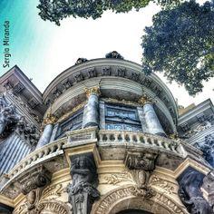 Um dos mais imponentes e belos prédios do Rio de Janeiro, o Theatro Municipal é a principal casa de espetáculos do Brasil e uma das mais importantes da América do Sul. Sua história é fascinante e se mistura com a trajetória da cultura do País. Visite! Foto: @Sérgio Rebelo