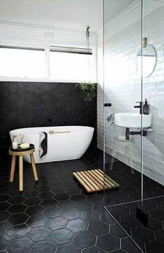 schwarz-Sechseck-Fliesen-auf-den-Böden-und-Wände-für-einen-maskulinen-Bad.