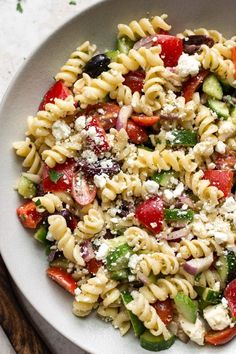 This easy Greek pasta salad recipe with feta, peppers, olives, and tomatoes is fresh and delicious and makes the perfect summer BBQ or potluck side. astuce recette minceur girl world world recipes world snacks Greek Salad Pasta, Pasta Salad Italian, Simple Pasta Salad, Best Pasta Salad, Summer Pasta Salad, Veggie Pasta, Veggie Food, Pasta Facil, Pasta Salad Recipes