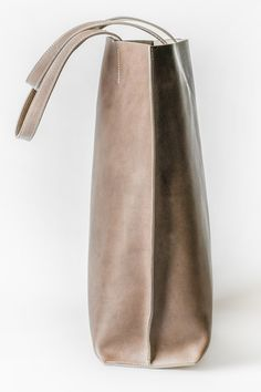 FREIFORM PURE BAG, GRAU.  Swiss Design, handgefertigt in Italien aus pflanzlich gegerbtem Rindsleder. Rind, Form, Bucket Bag, Pure Products, Bags, Design, Italy, Handmade, Handbags
