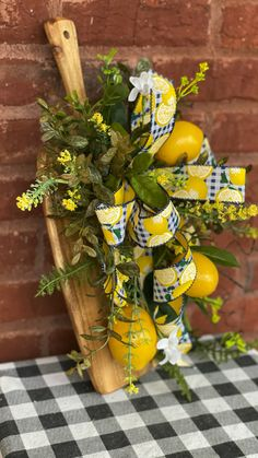 Lemon Kitchen Decor, Kitchen Ideas, Wreath Crafts, Diy Wreath, Fall Wreaths, Door Wreaths, Crafts To Make, Diy Crafts, Lemon Wreath