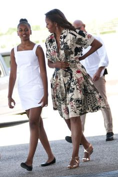 First Lady Michelle Obama leaves with daughters Malia Obama and Sasha Obama (L) on June 2015 in Venice, Italy. Michelle Obama has travelled to Italy where she is expected to speak about her 'Let's Move' initiative to combat childhood obesity. Barrack And Michelle, Michelle And Barack Obama, Barack Obama Family, Malia Obama, Obama Daughter, Presidente Obama, Malia And Sasha, Michelle Obama Fashion, Hippy Chic