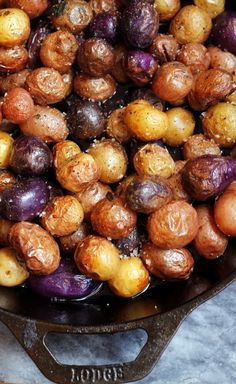 Pan-Roasted Baby Potatoes Browned in Sage-Infused Ghee - Vegetarian/Vegan Recipes I Actually Plan To Make - Potatoes Recipes Tri Color Potatoes Recipe, Small Potatoes Recipe, Potatoes In Oven, Skillet Potatoes, Roasted Potato Recipes, Purple Potato Recipes, Baby Potato Recipes, Vegan Recipes, Dios