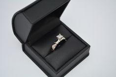 Increíble diseño realizado en oro blanco con un diamante corte princesa de .47 carats. Solicita una propuesta a lramos@leonramos.com