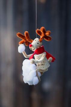 Reno navideño realizado con tapón de corcho