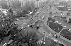 1980, Váci út, Dráva utca, Dózsa György út.Erre a kereszteződésre se könnyű ráismerni...De segít a legismertebb támpont: a Budapesti Elektromos Művek székháza, igazán példásan kipofozva! A másik támpont az 1971-ben átadott, de 2012-ben lebontottHotel Volga, annak is a bejárati sarka.A Váci úton még nyomulnak a kedvenceim, a nyitott peronú villamosok is. Vannak még vágányok a Dózsa György út felé is, bár azt nem tudom, hogy mely villamos cikázott itt ez időtájt...A legnagyobb dilemmám ...