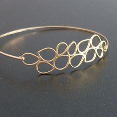 Ein vergoldeter moderner Blätterregen wurde in einen eleganten Armreif mit vergoldeten Band verwandelt.  Dieses Armband sieht super mit anderen Armreifen meiner Kollektion aus, wie Sie im letzten...