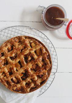 Met dit recept voor appeltaart met gezouten karamel geef je de traditionele hollandse appeltaart net even een andere twist!