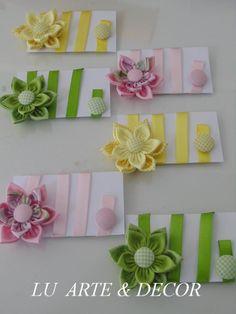 Marcador de página de fuxico em flor dupla 100% algodão com botão forrado e fita em cetim, várias cores e estampas com excelente acabamento .  Temos catálogo para escolha de cores e estampas.  Ótimo para lembrancinhas.  Prazo e confecção consultar para grande quantidade.