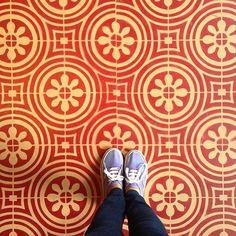 Chão que eu piso traz fotografias de pavimentos, pisos, ladrilhos hidráulicos, mosaicos e parquets que contam histórias;