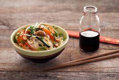 Gli spaghetti di riso conditi con le verdure fanno parte dei piatti tipici cinesi più apprezzati in Europa: questa la ricetta per realizzarli a casa.