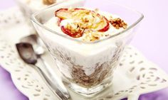 Pohanka s jogurtem jablkem skořicí a ořechy