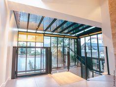 Au cœur de La Rochelle, cette maison du début du XXe siècle est repérée en tant que construction d'intérêt architectural et le jardin est dit remarquable. C'est la combinaison des contraintes existantes du site et des éléments du programme qui conduit Zest à la conception d'une extension en zinc, très largement ouverte sur l'extérieur, l'escalier et l'ascenseur traités tout en transparence. L'escalier dissimule le vestiaire des invités. Architecture, Construction, Conduit, Windows, Dit, Room, Furniture, Home Decor, Glass Extension