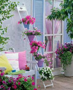balkon bastelideen bepflanzen blumenkasten leiter
