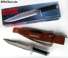 """Rambo 1: Rambo Messer ... http://spaceart.de/produkte/rmb001.php ... Es handelt sich um eine absolut authentische Replikation des Messers, welches von Sylvester Stallone als John J. Rambo im ersten Rambo Kinofilm (""""First Blood"""", 1982) getragen wurde. Dieses hochwertige, offiziell lizenzierte und echte Messer mit einer Länge von 35,5 cm (mit Lederscheide 40 cm) hat im Griff ein Fach, in dem ein Survival Kit mit folgenden Utensilien untergebracht ist: zwei Angelschnüre mit Angelhaken, ein Set…"""