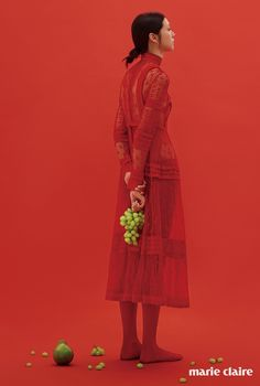 레드 레이스 드레스, 레드 타이츠 모두 가격 미정 발렌티노(Valentino).