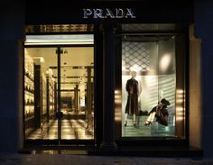 Prada has recently inaugurated its first Barcelona store in a huge space spanning over 1,600 square meters, just a few steps away from Gaudí's La Pedrera. The flagship carries the brand's ready-to-wear womenswear, menswear, footwear, and accessories lines, and also features a dedicated area for Prada's Made to Measure project—an exclusive service for clients requesting custom-fit products. #prada #flagship #shopping #luxury #design #inauguration