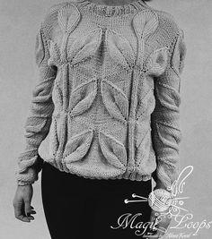 Le pull fait à la main de couleur grise, tricoté en cachemire de haute qualité. Le pull est orné dun motif à la mode feuilles. Il a lair parfaitement avec un jean. Il est bien adapté pour une promenade dans le parc et aller au cinéma. Taille internationale. Un beau cadeau pour les gens que vous