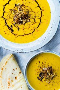 Wenn es draußen immer kälter wird, gibt es nichts besseres als eine schöne wärmende Suppe. Am besten mal keine Kürbis- oder Möhrensuppe sondern etwas anderes. Warum also nicht einmal eine Süßkartoffel-Suppe mit gerösteten Zwiebeln? Auch perfekt geeignet für ein kleines oder auch großes Weihnachtsmenü ;) Süßkartoffel-Suppe mit gerösteten Zwiebeln Warum heute viele Worte verlieren, wenn ich doch hier so ein schönes Rezept habe? Ich mag Süßkartoffeln sehr gerne, da sie mich an Möhren erinnern…