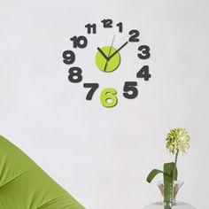 Un vero orologio da parete con meccanica ed ingranaggi, corredato di tanti colorati e divertenti elementi decorativi in morbida gomma adesivizzata