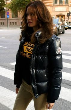 Videos and images of sexy girls wearing puffy and shiny down jackets and coats. Winter Chic, Autumn Winter Fashion, Nylons, Down Puffer Coat, Puffy Jacket, Rain Wear, Jacket Style, Moncler, Jackets For Women