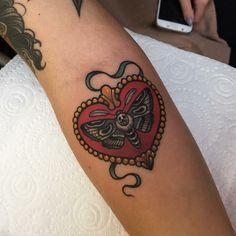 un disegno in stile tradizionale raffigurante cuore rosso con all'interno una farfalla Tattoos, Tatuajes, Tattoo, Tattos, Tattoo Designs