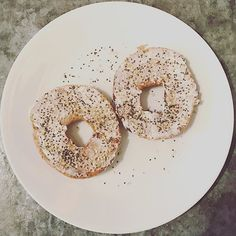 Most mornings I have a whole wheat bagel for breakfast with cream cheese and Epicure's Everything Bagel Whole Food Sprinkles. It's packed with flavour and extra goodies like omega-3, and fibre! A great way to quickly add some extra nutrients into a meal fuss-free! #epicure #everythingbagel #chiaseeds #sesameseeds #garlic #onion #bagel #breakfast #nutfree