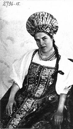 Мезенская крестьянка в нарядном костюме. -кунсткамера СПБ