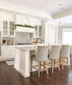 Home Design: Interior Design Ideas for Contemporary Homeowners Coming up with an amazing domestic de Home Decor Kitchen, New Kitchen, Home Kitchens, Kitchen Lamps, Decorating Kitchen, Kitchen Lighting, Kitchen Ideas, Modern Kitchen Design, Interior Design Living Room