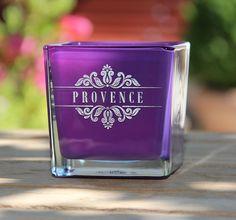 Bougie parfumée à la lavande dans un photophore violet gravé de l'inscription Provence.