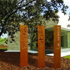 Stelen aus Stahl mit schönen Sinnsprüchen, besonderen Motiven oder auch einem Logo passen zu fast jedem Garten oder Gebäude.
