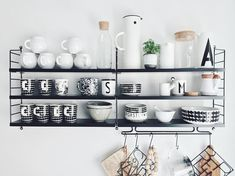 #Stringshelf in Schwarz auf weißer Wand für das #Porzellan in der #Küche Scandinavian Shelves, Scandinavian Kitchen, Kitchen Furniture, Kitchen Decor, String Regal, String Shelf, Furniture Stores Nyc, Compact Living, Affordable Furniture