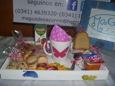 Desayuno clásico en bandeja y taza TODO MARIPOSAS, variedad de colores: fucsia, rojo, violeta, naranja