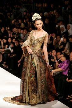 Sarong party girl ;) Gold Kebaya Anne Avantie Modern Trends 2012