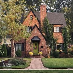 Best Tiny House, Small House Plans, Style At Home, Casa Retro, Small Cottages, Small Cottage Designs, Dream House Exterior, Cottage Homes, Better Homes