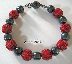 Armband mit Häkelkugeln aus 16/0 Rocailles in dunkelrot transparent und Tahiti Perlen