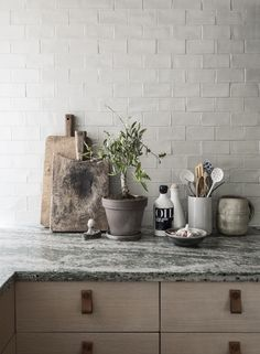 12 simple brick kitchen wall tiles inspiration for some cool looks that will make the kitchen area be neat and awesome too. Kitchen Interior, New Kitchen, Kitchen Dining, Kitchen Island, Design Kitchen, Kitchen Corner, Marble Interior, Kitchen Vignettes, Room Corner